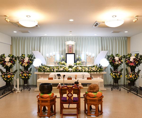 こころ斎苑 黒岩小ホールの感動が広がる「祭壇生花」