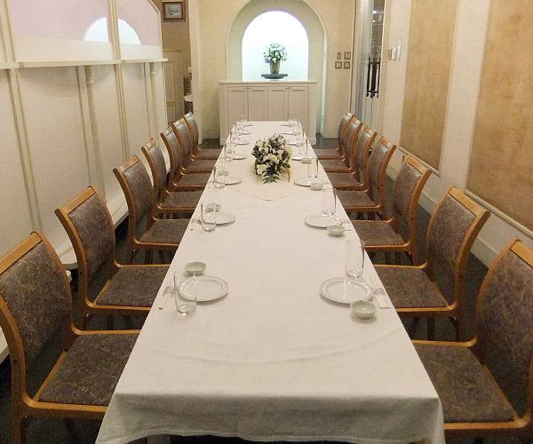 家族葬式場(洋室)の会食室